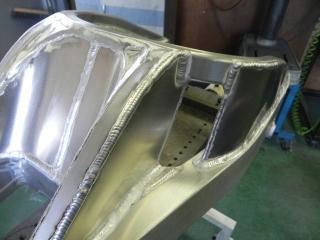 角パイプの上にアルミプレートを溶接してボックス形状にします。